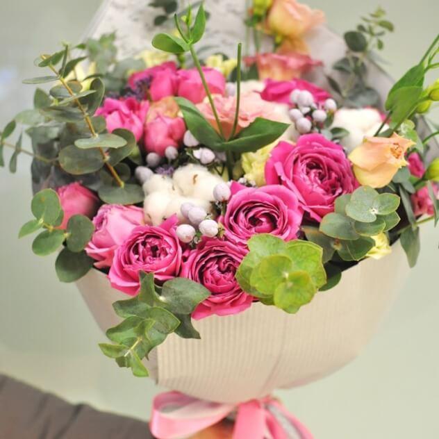 Интересный стильный букет с пионовидными кустовыми розами