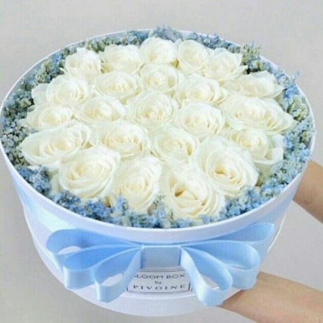 Гипсофила (микс (разных цветов)) — 7 шт., Оазис — 2 шт., Лента атласная — 1 шт., Шляпная коробка (большой) — 1 шт., Роза (белый, 50 см) — 25 шт.