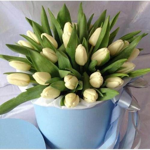 Тюльпан (белый) — 35 шт., Шляпная коробка (средний) — 1 шт., Лента атласная — 1 шт., Пиафлор — 1 шт., Упаковка Фетр малый — 1 шт.