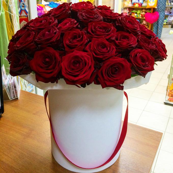 Роза Эквадор (красный) — 51 шт., Шляпная коробка (большой) — 1 шт., Лента атласная — 1 шт., Пиафлор — 1 шт., Упаковка Фетр малый — 1 шт.