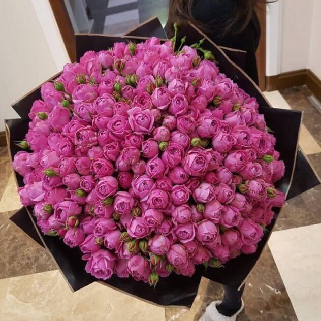 Роза кустовая пионовидная (ярко-розовый) — 65 шт., Упаковка Крафт-бумага — 3 шт., Лента атласная — 3 шт.