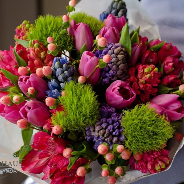 Гиацинт (микс (разных цветов)) — 9 шт., Альстромерия (нежно-розовый) — 5 шт., Гвоздика (зеленый) — 4 шт., Тюльпан (нежно-розовый) — 9 шт., Гиперикум (нежно-роз…
