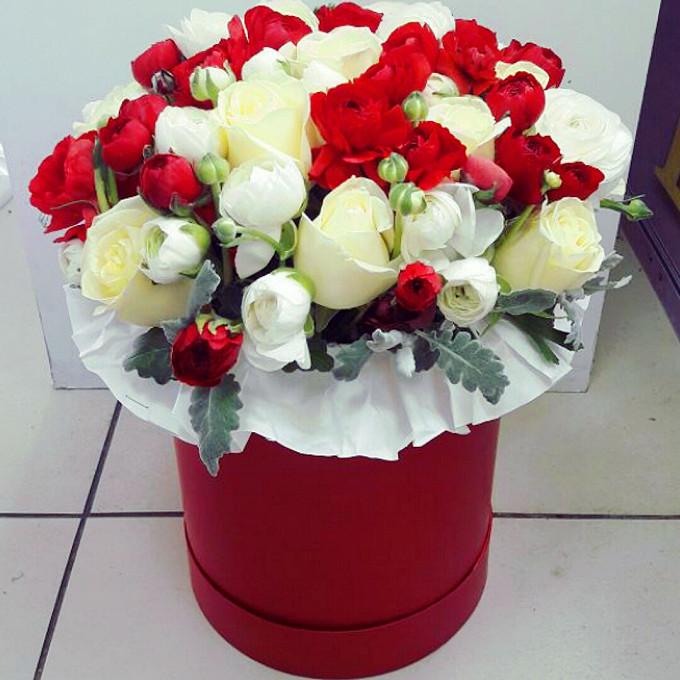 Ранункулюс (красный) — 10 шт., Роза Кения (белый) — 11 шт., Роза кустовая (белый) — 10 шт., Зелень по сезону — 10 шт., Шляпная коробка (большой) — 1 шт., Пиафл…