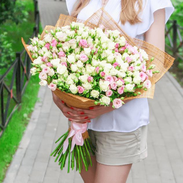 Роза кустовая (микс (разных цветов)) — 51 шт., Лента атласная — 1 шт., Упаковка Мешковина — 1 шт.