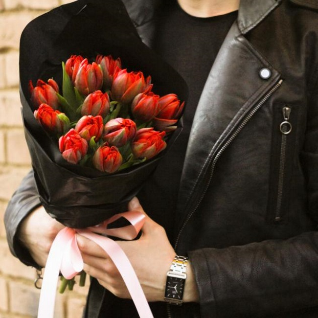 Тюльпан пионовидный (красный) — 15 шт., Упаковка Крафт-бумага — 1 шт., Лента атласная — 1 шт.