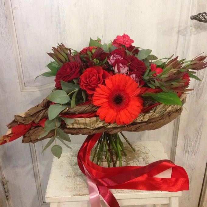 Лента — 2 шт., Упаковка Каркас плетеный ручной работы — 1 шт., Зелень по сезону — 1 шт., Роза кустовая (микс (разных цветов)) — 2 шт., Роза (бордовый, 50 см) —…
