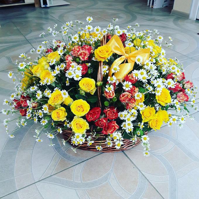 Ромашка матрикария (белый) — 15 шт., Роза кустовая (желтый) — 10 шт., Роза кустовая (микс (разных цветов)) — 15 шт., Пиафлор — 3 шт., Корзина (овал, большой) —…