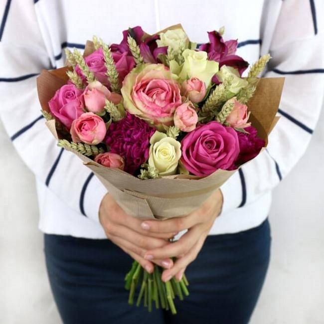 Роза Кения (микс (разных цветов), 50 см) — 9 шт., Альстромерия (ярко-розовый) — 1 шт., Роза кустовая (нежно-розовый) — 2 шт., Гвоздика (ярко-розовый) — 2 шт., …