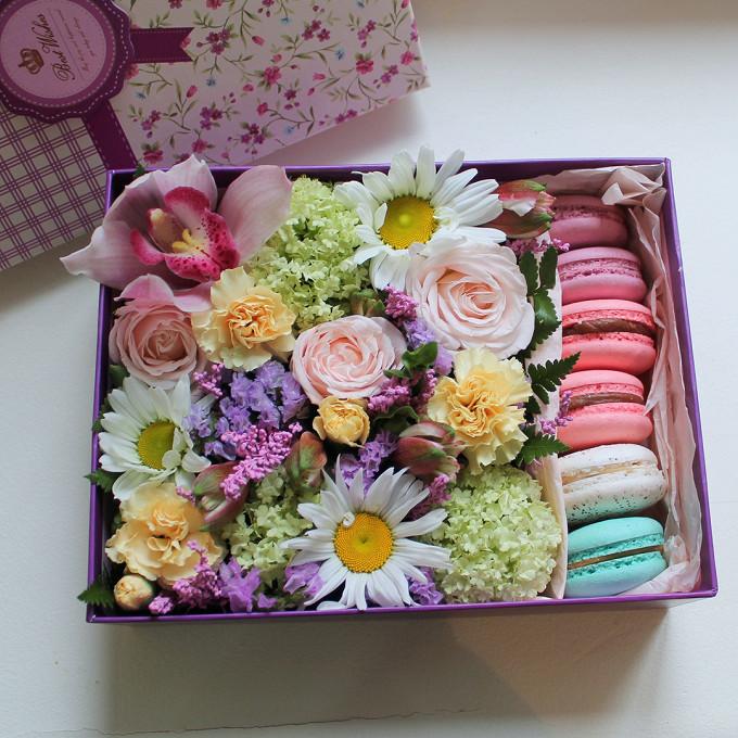 Цветочная коробка с пирожными Macaron