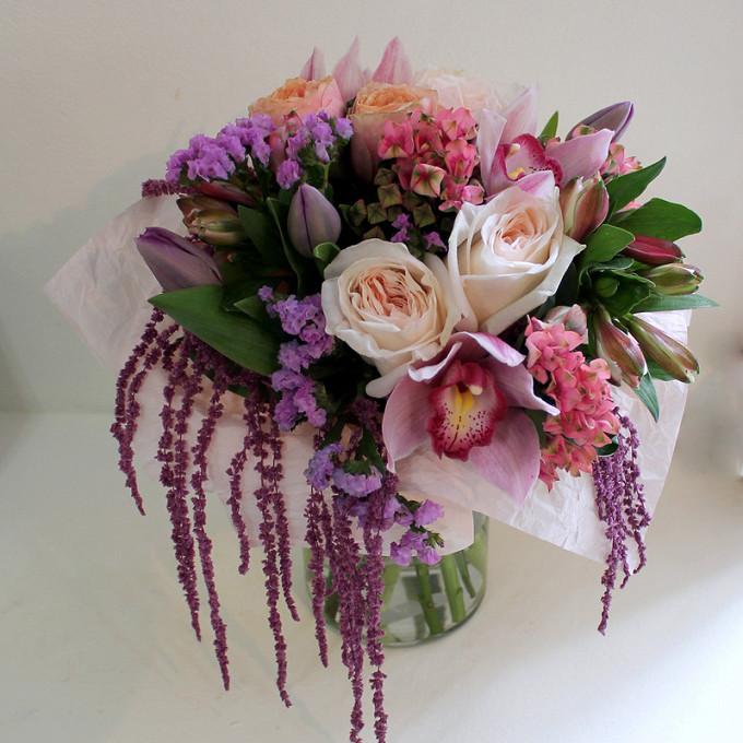 Роза Кения (белый, 50 см) — 3 шт., Орхидея Цимбидиум 1 бутон (нежно-розовый) — 3 шт., Тюльпан (фиолетовый) — 3 шт., Роза Вувузела (коралловый) — 2 шт., Статица…
