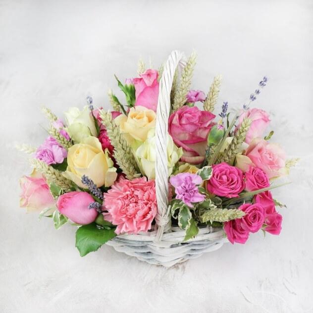 Букет из: роза кустовая (микс (разных цветов)) — 5 шт., роза (микс (разных цветов)) — 10 шт., пшеница (колосок) — 15 шт., гвоздика (микс (разных цветов)) — 3 шт., корзина (круг, малый) — 1 шт., оазис — 2 шт. - Композиция из роз, гвоздик и лаванды в корзине