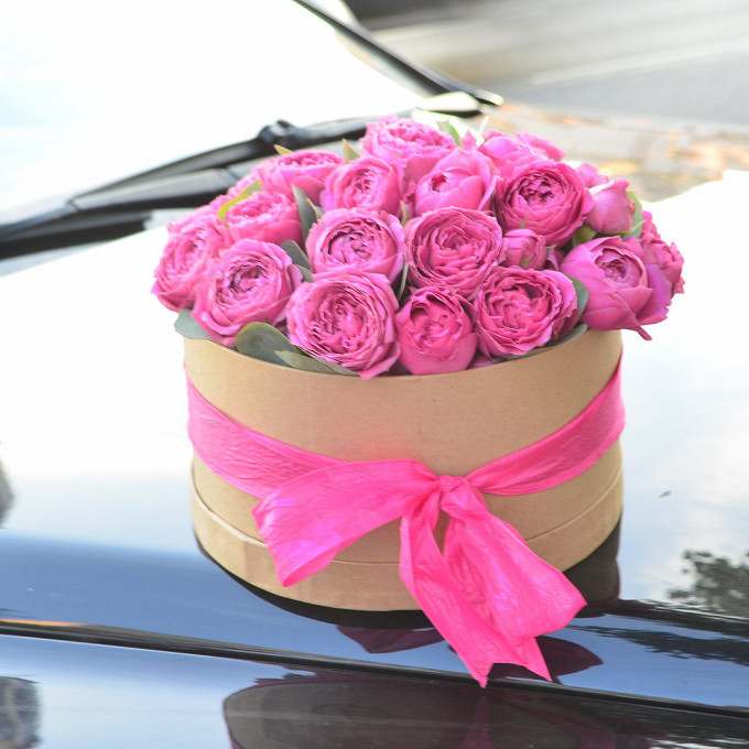 Роза кустовая пионовидная (нежно-розовый) — 13 шт., Коробка (круг, средний) — 1 шт., Оазис — 1 шт., Эвкалипт — 2 шт., Лента — 1 шт.