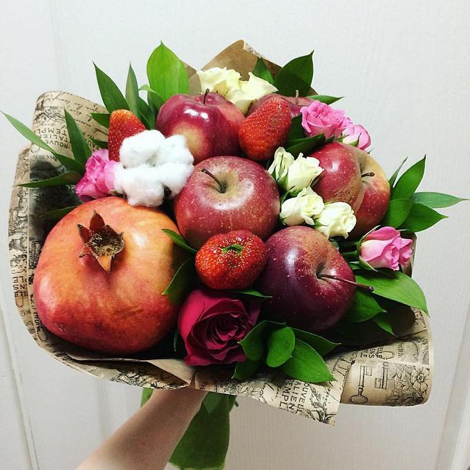 Хлопок пучок (белый) — 1 шт., Клубника(1 ягода) — 3 шт., Роза Кения (красный, 50 см) — 1 шт., Роза кустовая (нежно-розовый) — 5 шт., Рускус — 10 шт., Яблоко — …