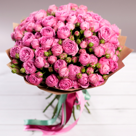 Роза кустовая пионовидная (ярко-розовый) — 25 шт., Упаковка Крафт-бумага — 1 шт., Лента — 3 шт.