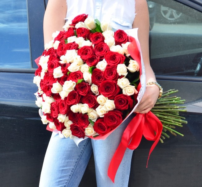 Роза Эквадор (белый, 70 см) — 37 шт., Роза Эквадор (красный, 70 см) — 38 шт., Упаковка Крафт-бумага — 1 шт., Лента атласная — 1 шт.