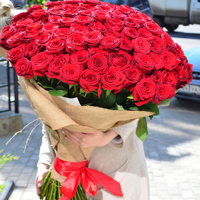 Роза Эквадор (красный, 70 см) — 101 шт., Лента — 1 шт., Упаковка Мешковина — 2 шт.