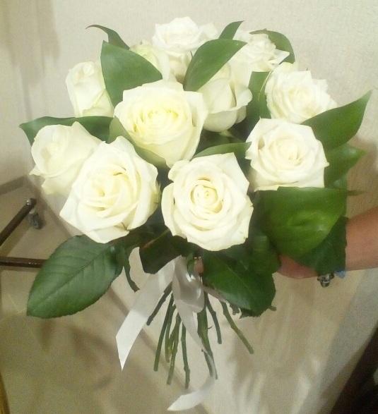 Роза Кения (белый, 50 см) — 11 шт., Рускус — 5 шт., Белая лента — 1 шт.
