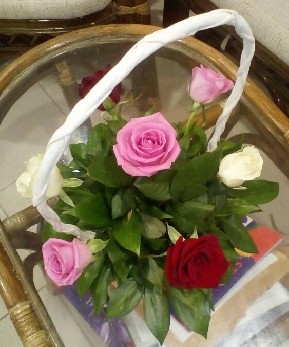 Роза Кения (белый) — 2 шт., Роза Кения (нежно-розовый) — 3 шт., Роза Кения (красный) — 2 шт., Пиафлор — 1 шт., Корзина (прочее, малый) — 1 шт., Рускус — 5 шт.
