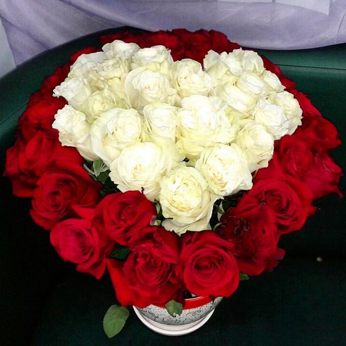 Роза Эквадор (белый, 50 см) — 21 шт., Роза Эквадор (красный, 50 см) — 30 шт., Красная лента — 1 шт.