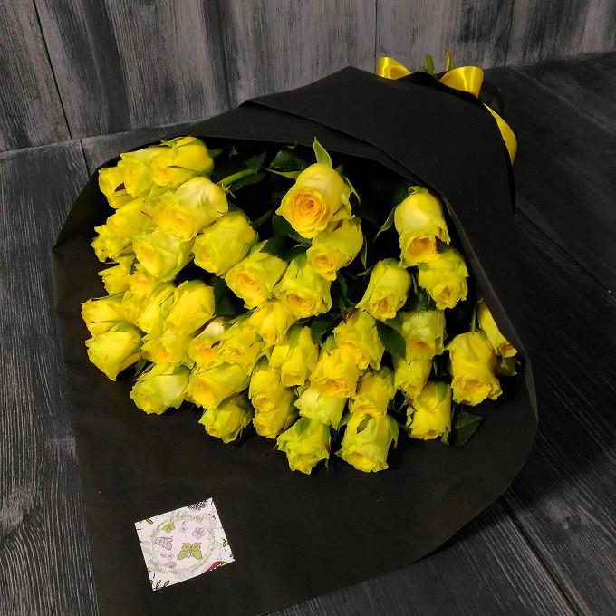 Желтая лента — 1 шт., Упаковка Фирменный черный кулек из крафта — 1 шт., Роза (желтый, 60 см) — 51 шт.
