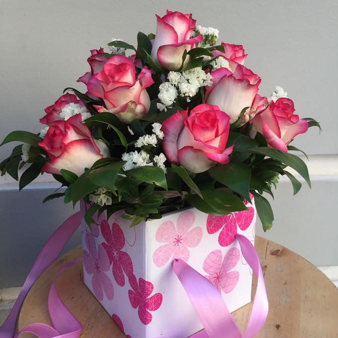 Роза Кения (микс (разных цветов)) — 15 шт., Салал — 1 шт., Статица (зеленый) — 2 шт., Оазис — 1 шт., Лента — 2 шт., Коробка (квадрат) (прочее, малый) — 1 шт.