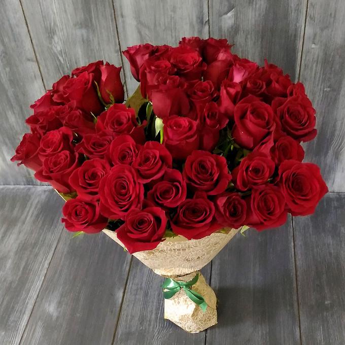 Роза Эквадор (красный, 70 см) — 51 шт., Зеленая лента — 1 шт., Упаковка Сетка — 1 шт., Упаковка Фетр — 1 шт.