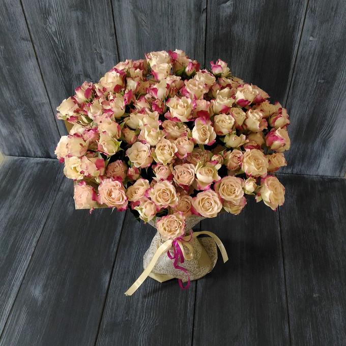 Роза кустовая (нежно-розовый) — 25 шт., Кремовая лента — 1 шт., Розовая лента — 1 шт., Упаковка Фетр — 2 шт.