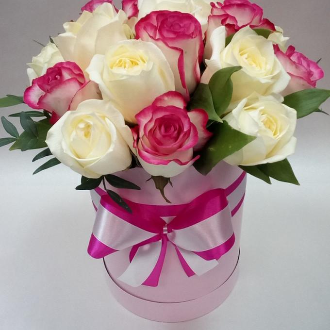 Белая лента — 1 шт., Розовая лента — 1 шт., Оазис — 1 шт., Шляпная коробка (средний) — 1 шт., Фисташка — 1 шт., Рускус — 5 шт., Роза (розовый, 50 см) — 9 шт., …