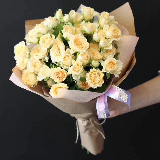 Роза кустовая (кремовый) — 7 шт., Лента — 2 шт., Упаковка Крафт-бумага — 1 шт.
