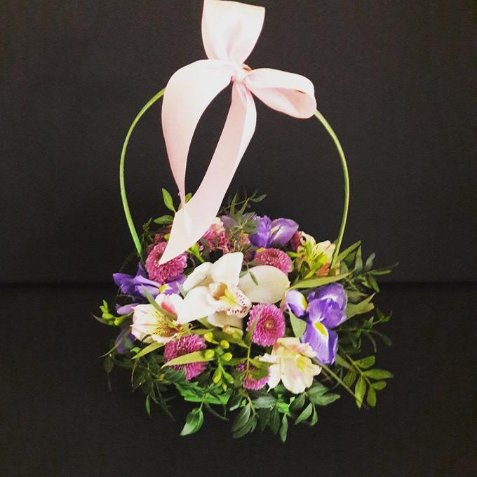 Орхидея Цимбидиум 1 бутон (белый) — 1 шт., Ирис (синий) — 3 шт., Альстромерия микс (кремовый) — 2 шт., Хризантема Сантини (нежно-розовый) — 1 шт., Пистация — 3…