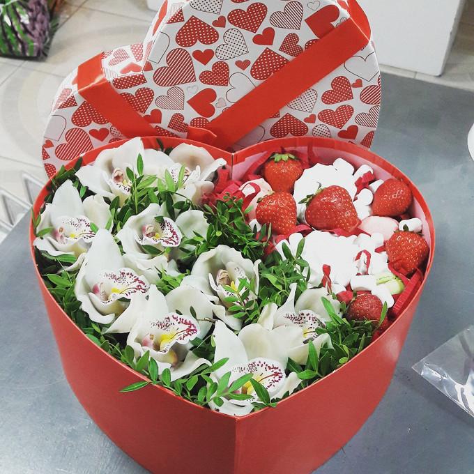 Орхидея Цимбидиум 1 бутон (белый) — 9 шт., Клубника (1 ягода) — 11 шт., Коробка (сердце, средний) — 1 шт., Писташ — 7 шт., Пиафлор — 1 шт.