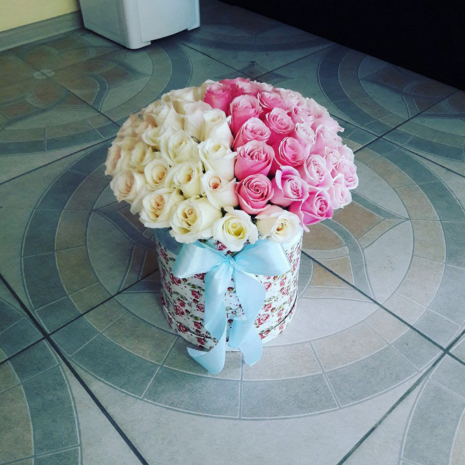 Роза Кения (белый) — 30 шт., Роза Кения (нежно-розовый) — 45 шт., Шляпная коробка (большой) — 1 шт., Пиафлор — 2 шт., Лента — 1 шт.
