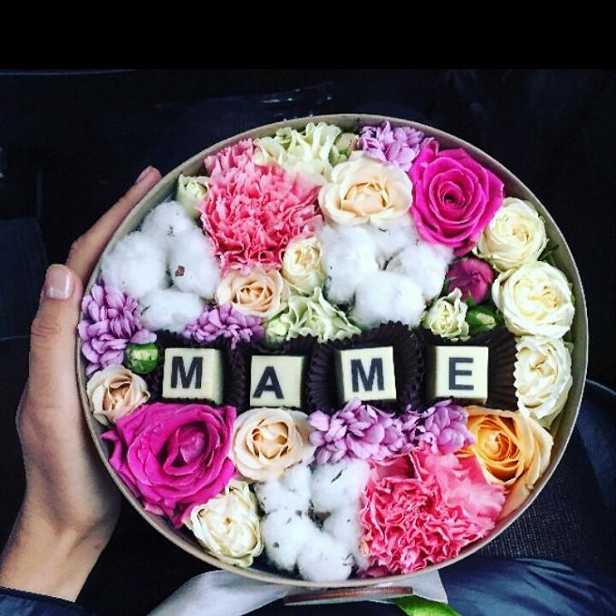 Шляпная коробка (большой) — 1 шт., Хлопок пучок (белый) — 3 шт., Гвоздика (нежно-розовый) — 2 шт., Роза кустовая (ярко-розовый) — 3 шт., Роза пионовидная (нежн…