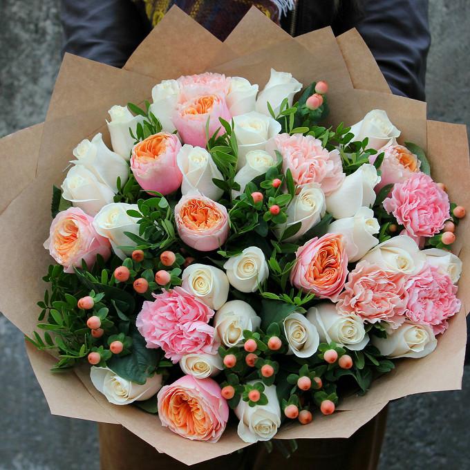 Лента — 1 шт., Упаковка Крафт-бумага — 2 шт., Писташ — 5 шт., Гиперикум (розовый) — 7 шт., Гвоздика (розовый) — 6 шт., Роза (белый, 40 см) — 25 шт., Роза пионо…
