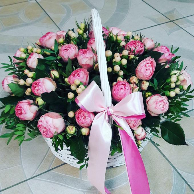 Роза пионовидная (нежно-розовый) — 51 шт., Корзина (овал, средний) — 1 шт., Пиафлор — 3 шт., Лента — 1 шт., Пистация — 10 шт., Гиперикум (нежно-розовый) — 10 ш…