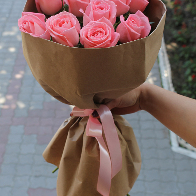 Букет из: роза эквадор (розовый, 50 см) — 9 шт., упаковка крафт-бумага — 1 шт., розовая лента — 1 шт. - Букет из розовых роз в крафте