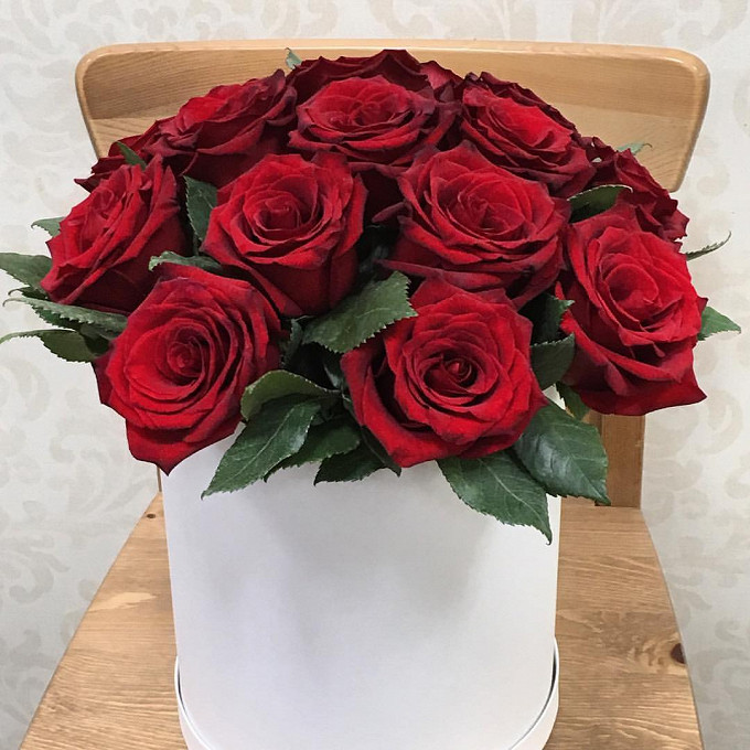 Роза Кения (красный) — 15 шт., Оазис — 2 шт., Шляпная коробка (средний) — 1 шт.
