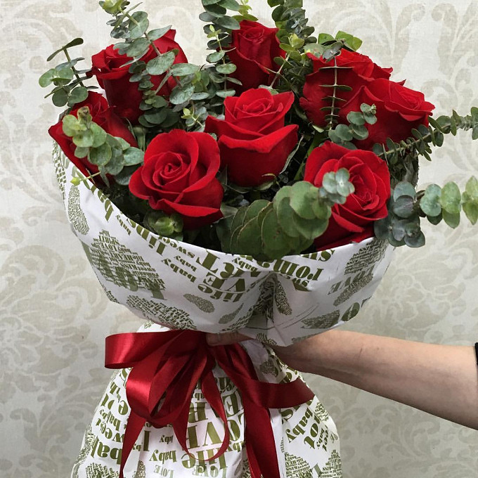 Роза Эквадор (красный, 70 см) — 11 шт., Эвкалипт — 5 шт., Красная лента — 1 шт., Упаковка Крафт-бумага — 1 шт.
