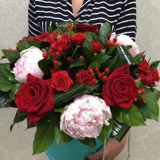 Роза (красный) — 3 шт., Роза кустовая (красный) — 5 шт., Гиперикум (красный) — 4 шт., Пион (нежно-розовый) — 3 шт., Аспидистра — 4 шт., Салал — 1 шт., Оазис — …