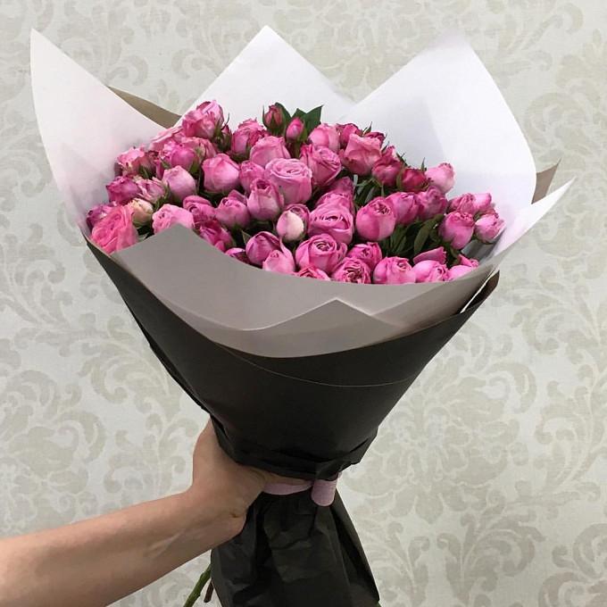 Роза кустовая (нежно-розовый) — 15 шт., Розовая лента — 1 шт., Упаковка Крафт-бумага — 2 шт., Упаковка Фирменный черный кулек из крафта — 1 шт.