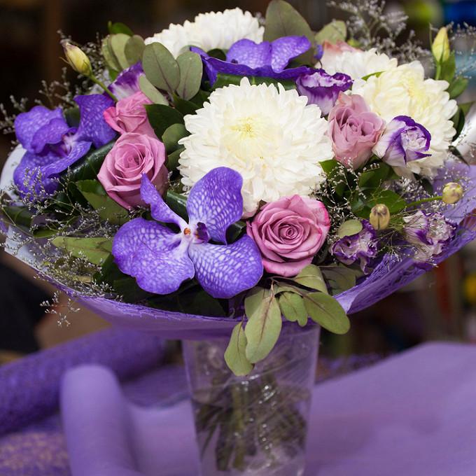 Роза Кения (нежно-сиреневый, 60 см) — 7 шт., Хризантема (белый) — 3 шт., Лента — 1 шт., Упаковка Фетр — 1 шт., Эустома (фиолетовый) — 5 шт., Орхидея Ванда 1 бу…