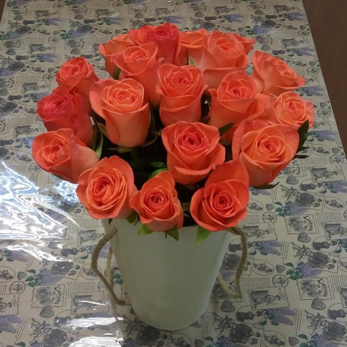 Розы в конусной коробке