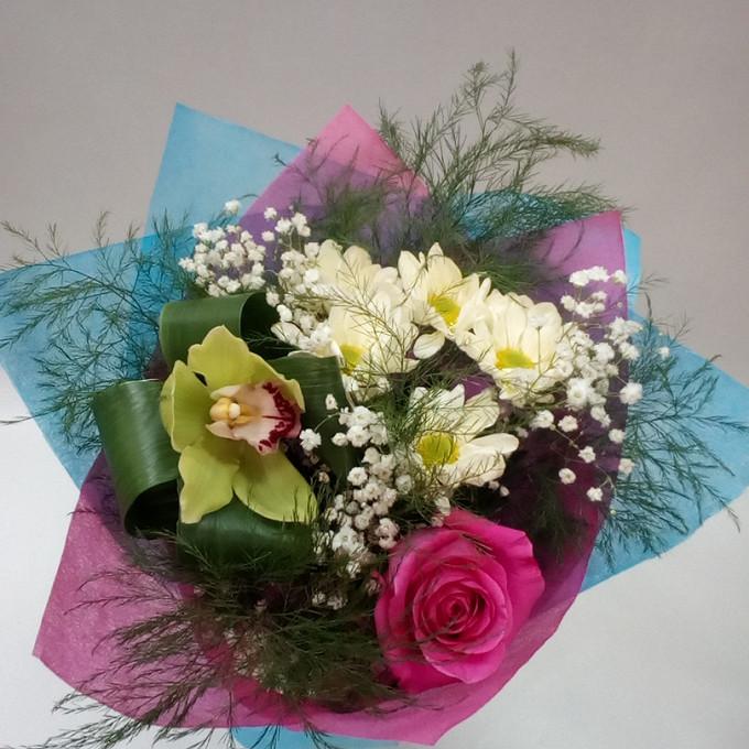 Роза Кения (ярко-розовый, 50 см) — 1 шт., Хризантема кустовая (белый) — 1 шт., Орхидея Цимбидиум 1 бутон (зеленый) — 1 шт., Аспидистра — 1 шт., Удлинитель — 1 …