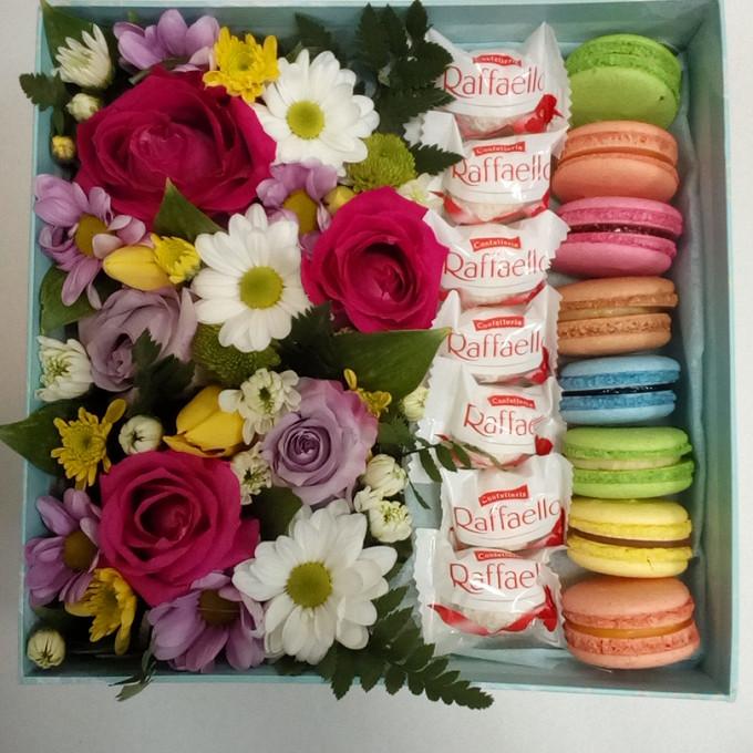 Цветочная коробочка с пирожными Macaron и конфетами