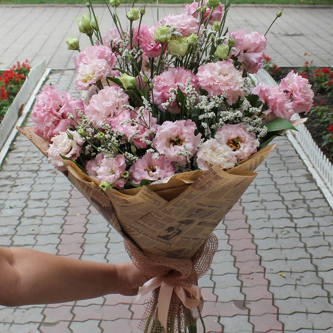Розовая лента — 1 шт., Упаковка Крафт-бумага — 1 шт., Рускус — 15 шт., Лимониум (белый) — 3 шт., Лизиантус (розовый) — 7 шт.