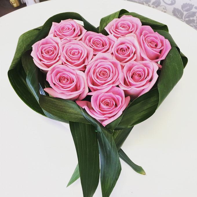 Роза Кения (нежно-розовый, 60 см) — 11 шт., Пиафлор — 3 шт., Упаковка Джут-сетка — 1 шт., Аспидистра — 3 шт.