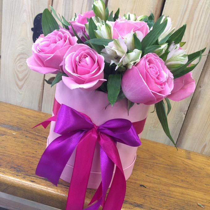Розовая лента — 2 шт., Салал — 5 шт., Шляпная коробка (малый) — 1 шт., Пиафлор — 1 шт., Альстромерия микс (микс (разных цветов)) — 6 шт., Роза (розовый, 60 см)…