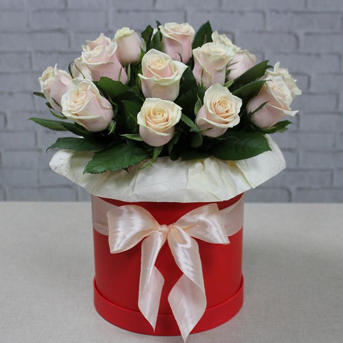 Роза Кения (кремовый) — 25 шт., Шляпная коробка (средний) — 1 шт., Пиафлор — 2 шт., Упаковка Крафт-бумага — 1 шт., Кремовая лента — 1 шт.