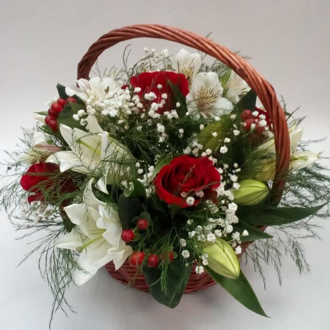 Корзина с лилиями и розами