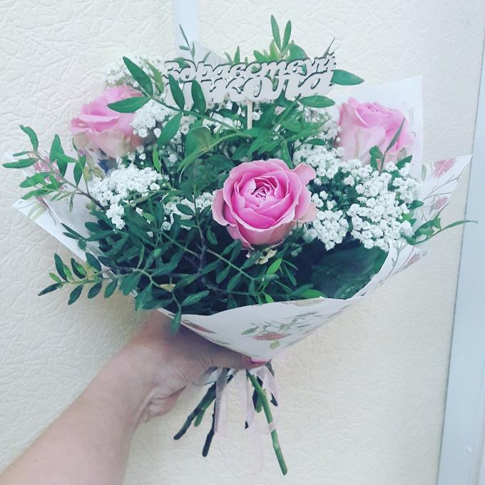 Роза Кения (нежно-розовый, 50 см) — 3 шт., Гипсофила (белый) — 1 шт., Писташ — 3 шт., Упаковка Крафт-бумага — 1 шт., Лента — 1 шт., Топпер — 1 шт.